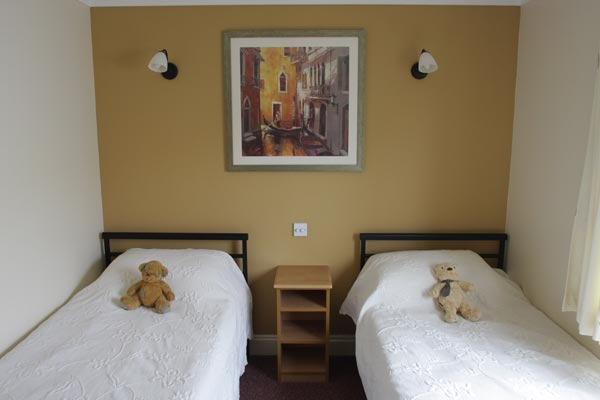 2 twin bedrooms with full size beds